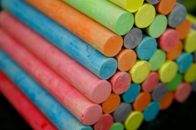 Zestaw kolorowych kawałków kredy na tablicy