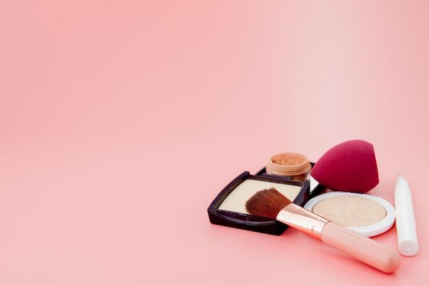 Zestaw kolorowych kosmetyków, baza pod makijaż w postaci poduszki. skopiuj miejsce