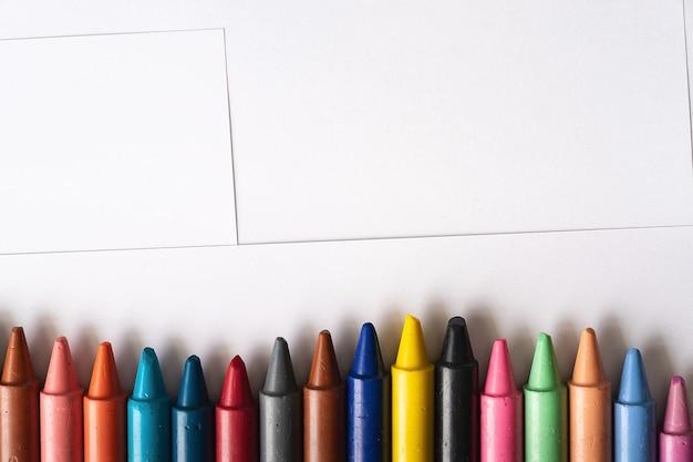 Zestaw kolorowych kredek dla dzieci