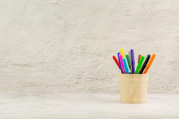 Zestaw kolorowych kredek na biurku. - edukacja i powrót do koncepcji szkoły.