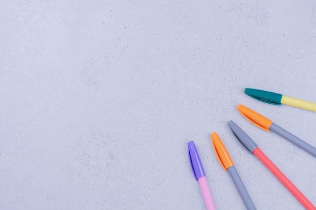 Zestaw kolorowych ołówków do kolorowania mandali.