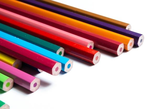Zestaw kolorowych ołówków na białym