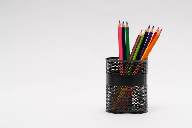 Zestaw kolorowych ołówków w koszu na białym tle, na białym tle. powrót do szkoły