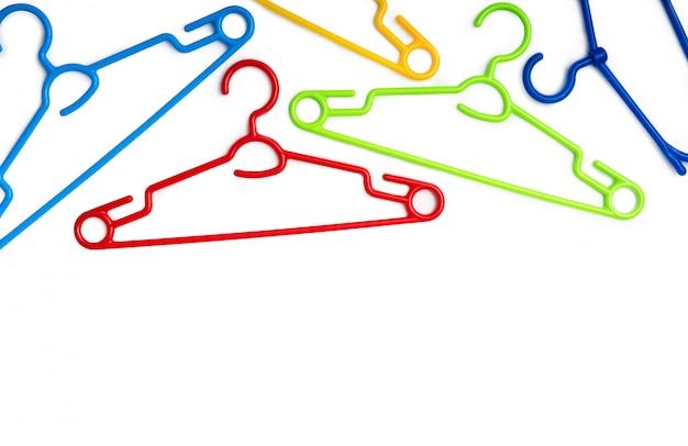 Zestaw kolorowych plastikowych wieszaków na ubrania
