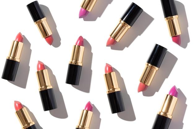 Zestaw kolorowych szminek na białym tle. profesjonalne kosmetyki dekoracyjne, produkt promocyjny pomada do reklamy. widok z góry na płasko