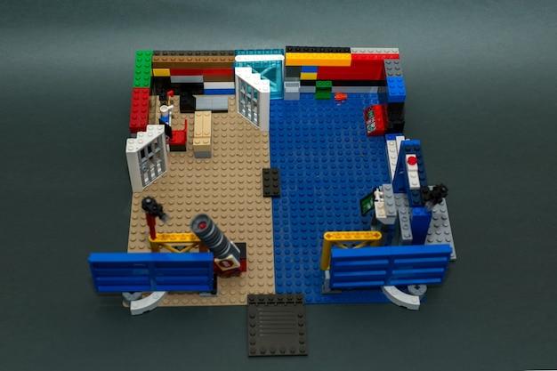 Zestaw konstrukcyjny dla dzieci wykonany z małych części.