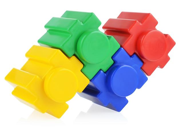 Zestaw konstrukcyjny dla dzieci zmontowany na białym tle.