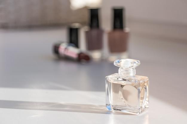Zestaw kosmetyczny. lakier do paznokci, szminki i perfumy. selektywna koncentracja na butelce z przodu.