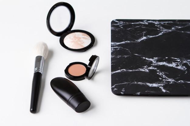 Zestaw kosmetyków dekoracyjnych na białej powierzchni