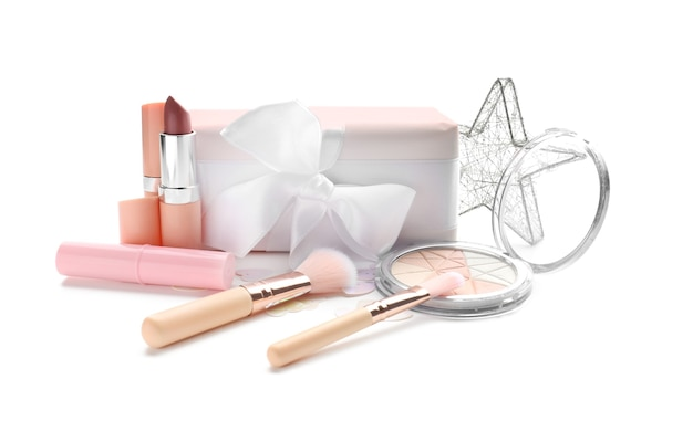 Zestaw kosmetyków dekoracyjnych z pudełkiem prezentowym na białym tle
