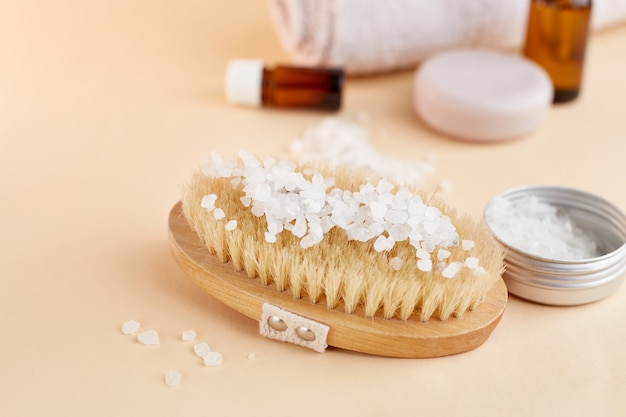 Zestaw kosmetyków do domowego spa. suchy pędzel, sól morska, peeling, olejek organiczny, ręcznik.