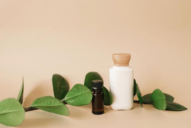 Zestaw kosmetyków do układania opakowań kremów i olejków do pielęgnacji skóry na beżowym tle