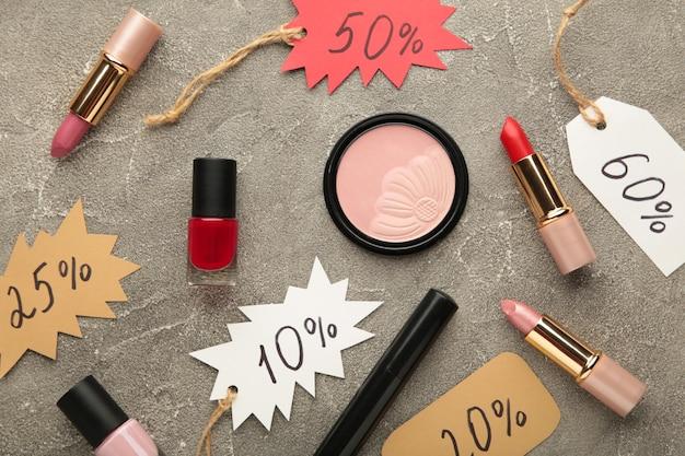 Zestaw kosmetyków na sprzedaż w czarny piątek na szarym tle. widok z góry