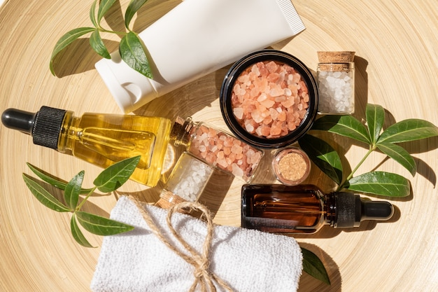 Zestaw kosmetyków naturalnych w ekologicznym opakowaniu inbambusowym talerzu z bawełnianym ręcznikiem. spa, kosmetyki do kąpieli.