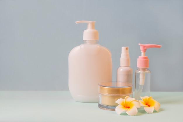 Zestaw kosmetyków w słoikach i butelkach ze śmietaną, mydłem do pielęgnacji skóry
