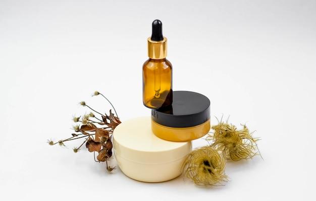 Zestaw kosmetyków z serum, kremem do twarzy. koncepcja procedur salonowych. minimalizm.
