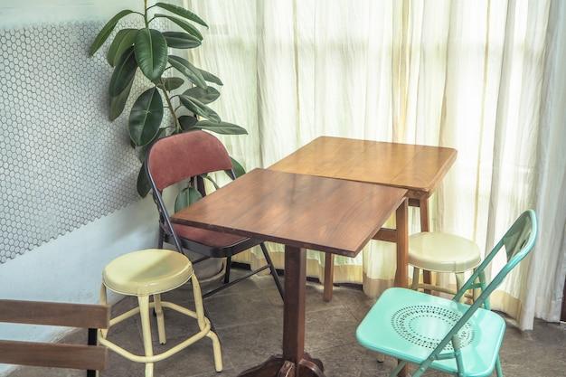 Zestaw krzeseł stołowych w jasnym pokoju minimalnym