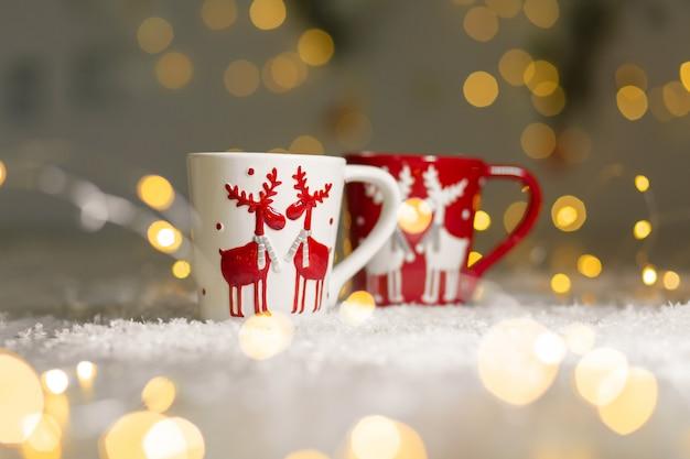 Zestaw kubków z motywem jelenia o tematyce bożonarodzeniowej.