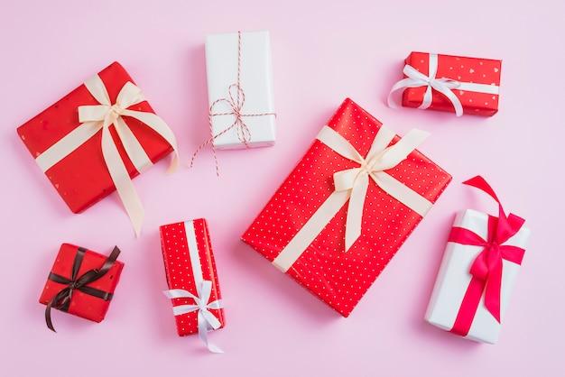 Zestaw ładnie zapakowanych prezentów walentynkowych