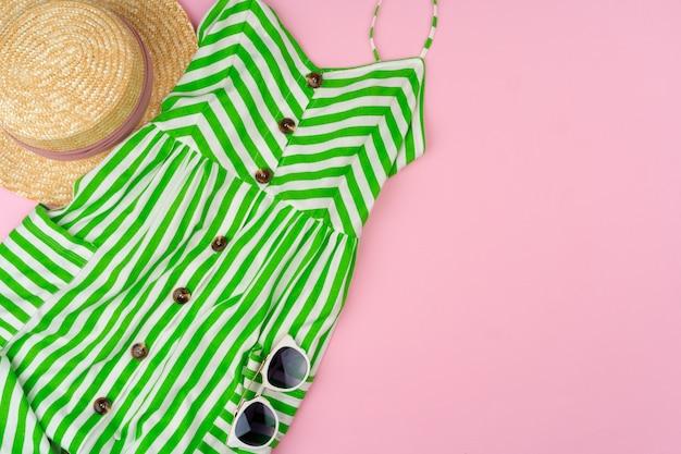 Zestaw letnich ubrań dla kobiety na różowym tle