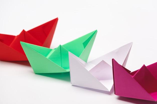 Zestaw łodzi papieru origami. koncepcja przywództwa i biznesu
