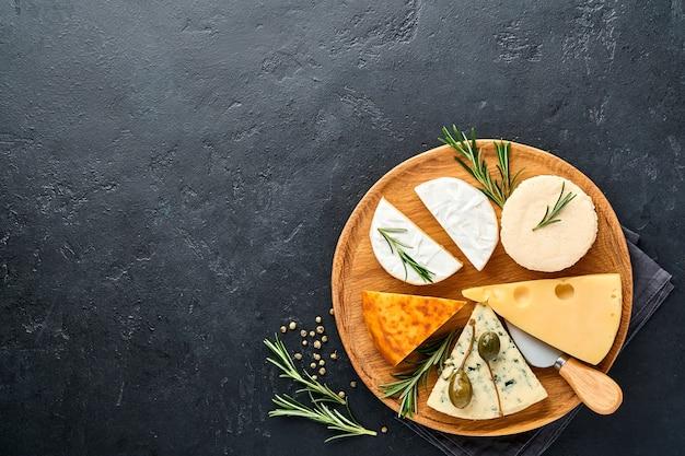 Zestaw lub asortyment serów. suluguni z przyprawami, camembert, ser pleśniowy, ricotta, maasdam, ser brie