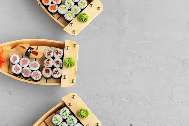 Zestaw maki sushi na drewnianej tacy łodzi