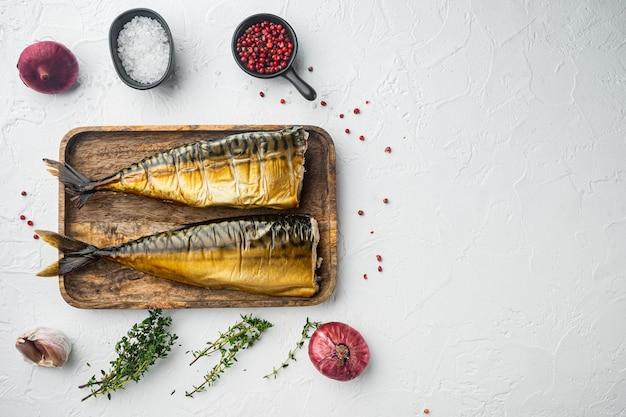Zestaw makreli wędzonej ryby, na białym tle, widok z góry płaski leżał z miejscem na tekst