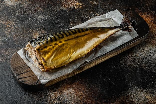 Zestaw makreli wędzonej ryby, na starym ciemnym stole rustykalnym