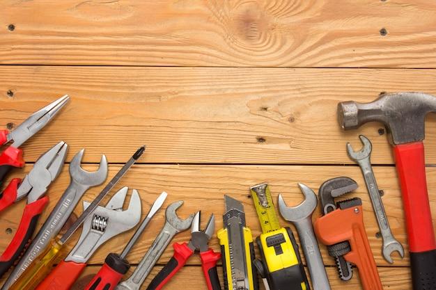 Zestaw mechaniczny w drewnianym stole. narzędzie budowlane