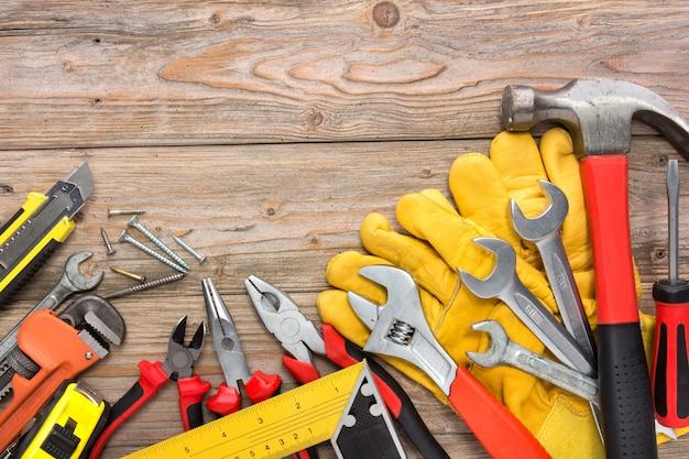 Zestaw mechaniczny w drewnianym stole