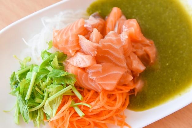 Zestaw menu sałatka z łososia świeże dania kuchni japońskiej na talerzu