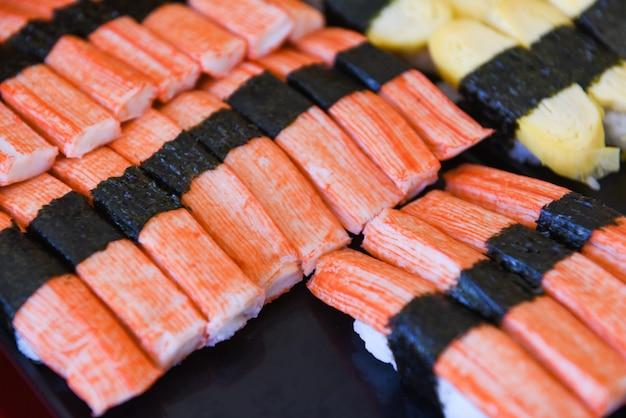 Zestaw menu sushi świeże dania kuchni japońskiej na tacy