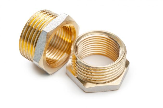 Zestaw metalowo-plastikowe złącza hydrauliczne, adaptery, wtyczki na białym tle