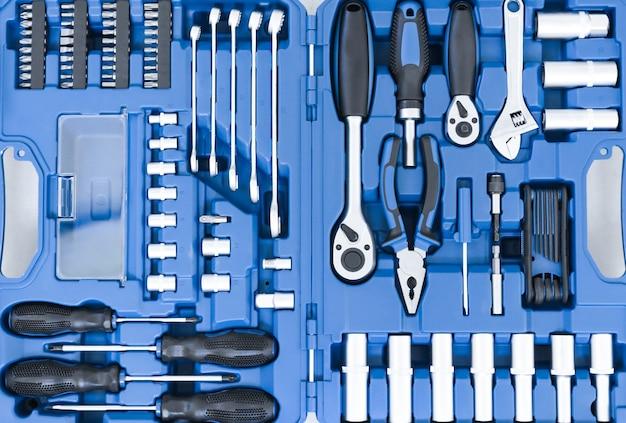 Zestaw metalowych narzędzi do budowy i naprawy kluczy widok z góry zbliżenie i innych usług samochodowych