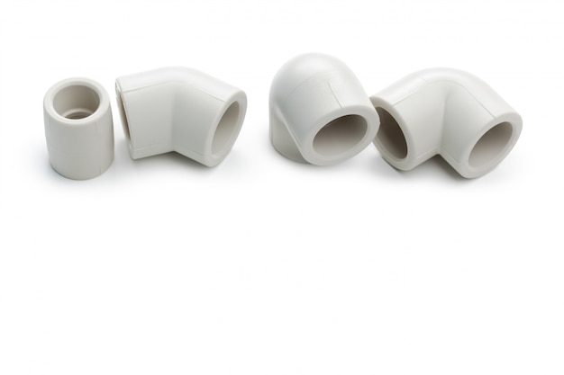 Zestaw metalowych plastikowych złączek hydraulicznych, adapterów, wtyczek na białym tle