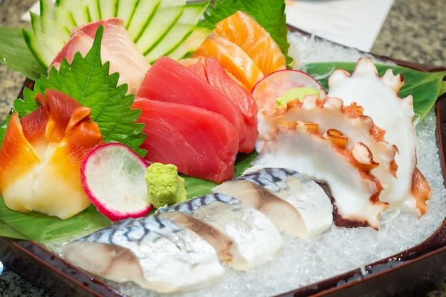 Zestaw mieszanek sashimi zawiera łososia, tuńczyka, sabę, tai, tako i hokkigai