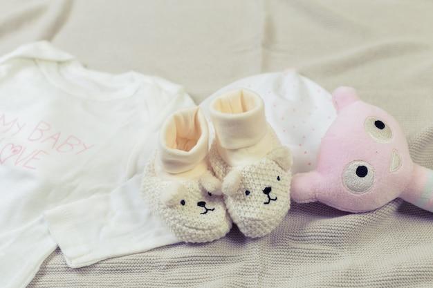 Zestaw modnych ubrań i rzeczy dla dzieci dla małej córeczki