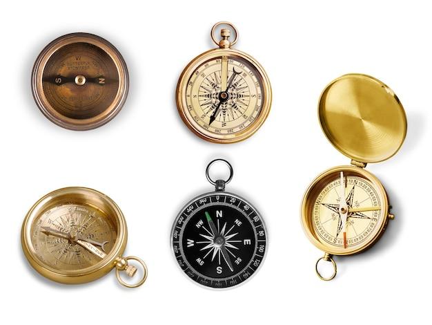 Zestaw mosiężnego antycznego kompasu na tle