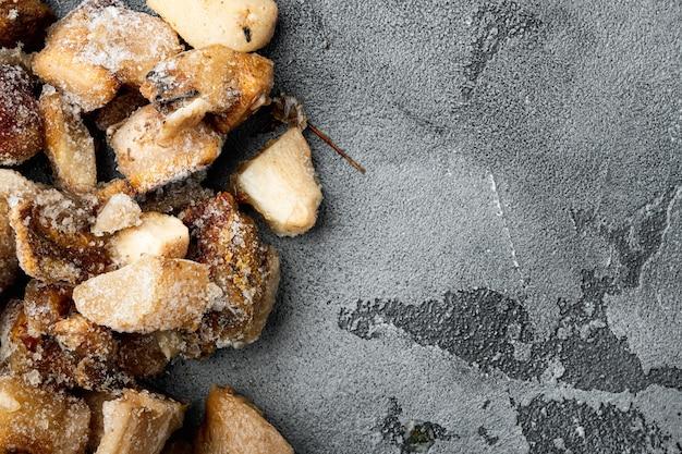 Zestaw mrożonych grzybów, widok z góry na płasko