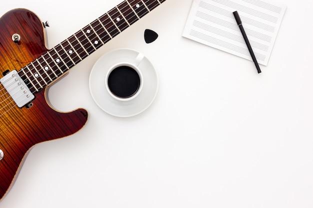 Zestaw muzyczny z gitarą, notatką i słuchawkami