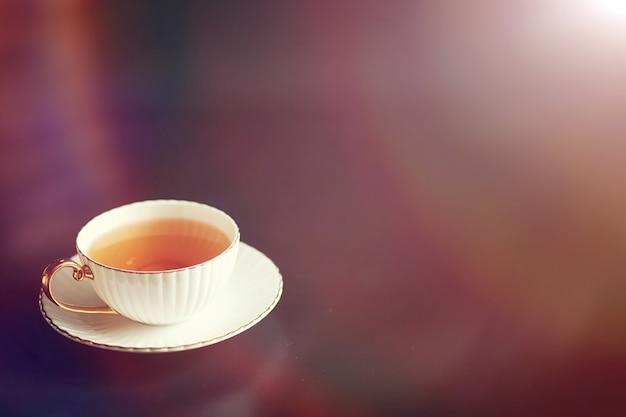 Zestaw na śniadanie. słodycze i ciastka z orzechami na herbatę na czarnym tle. filiżanka kawy i paszteciki.