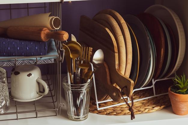 Zestaw naczyń i przyborów kuchennychdeska do krojenianaczynia na półce przybory kuchennetalerze