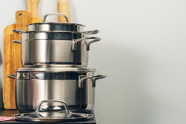 Zestaw naczyń kuchennych na blacie kuchennym