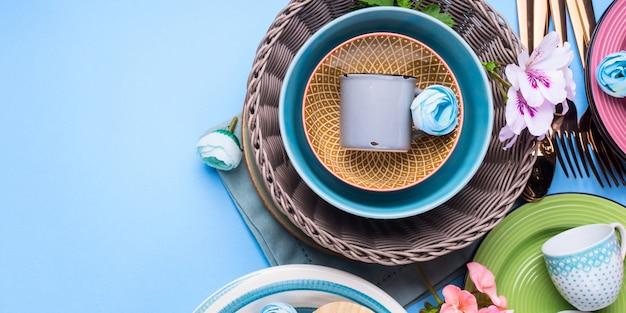 Zestaw naczyń stołowych na niebieskim pastelowym