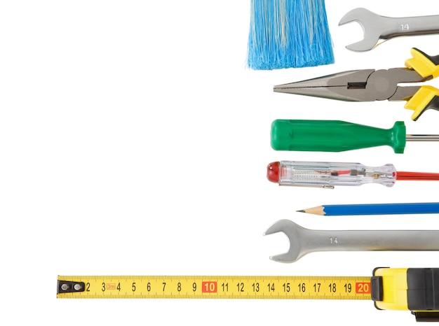 Zestaw narzędzi budowlanych i instrumentów na białym tle