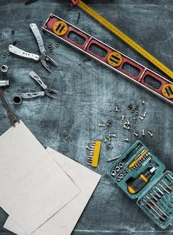 Zestaw narzędzi budowlanych na drewnianym stole
