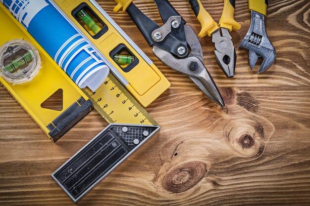 Zestaw narzędzi budowlanych na vintage deska
