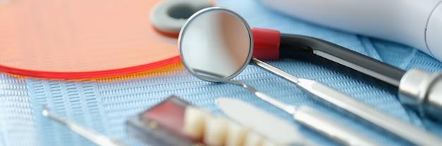 Zestaw narzędzi dentystycznych do protez i światło utwardzające na stole