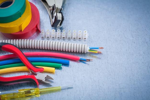 Zestaw narzędzi dla elektryków na koncepcji porysowanej konstrukcji metalicznej powierzchni